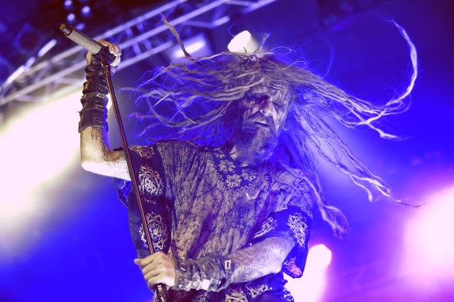"""Der US-amerikanische Rockmusiker, Regisseur und Comicautor """"Rob Zombie"""" während eines Konzertes am Freitag, 31. Juli 2015 im Gasometer in Wien. FOTO: HERBERT P. OCZERET"""