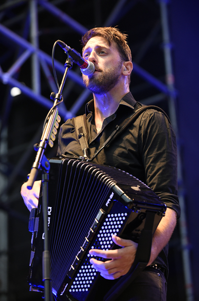 """Tim Brennan von der irisch-amerikanische Folk-Punk-Band """"Dropkick Murphys"""" während eines Konzertes am Montag, 10. August 2015 in der Arena in Wien. FOTO: HERBERT P. OCZERET"""