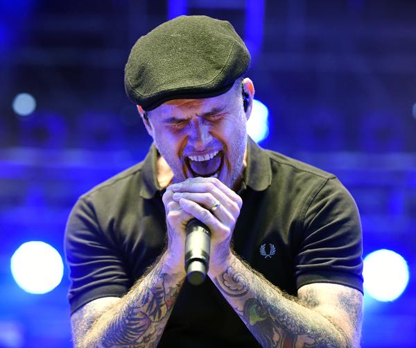 """Der Sänger Al Barr von der irisch-amerikanische Folk-Punk-Band """"Dropkick Murphys"""" während eines Konzertes am Montag, 10. August 2015 in der Arena in Wien. FOTO: HERBERT P. OCZERET"""