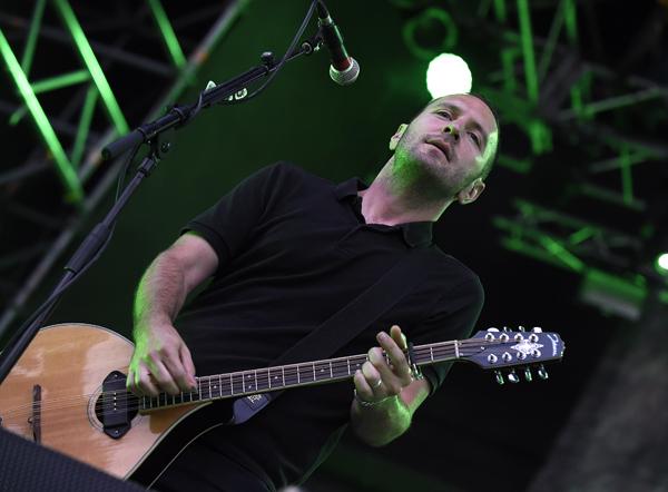 """Jeff DaRosa von der irisch-amerikanische Folk-Punk-Band """"Dropkick Murphys"""" während eines Konzertes am Montag, 10. August 2015 in der Arena in Wien. FOTO: HERBERT P. OCZERET"""