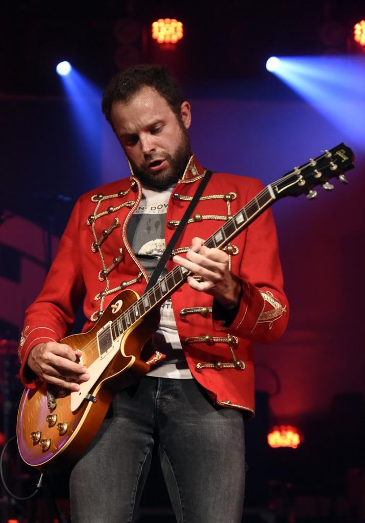 """Gitarrist Michael Böbel von der österreichischen Band """"The Weight"""" während eines Konzertes im Rahmen des """"Poolbar Festivals"""" am Dienstag, 11. August 2015 in Feldkirch. FOTO: HERBERT P. OCZERET"""
